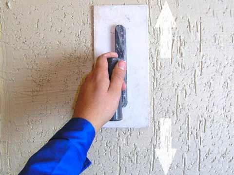 придание рисунка штукатурке короед