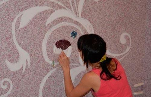 нанесение рисунка из шелковой декоративной штукатурки