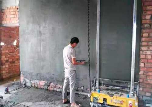 робот штукатурит стену