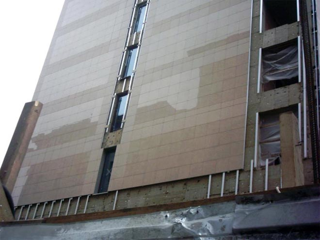 керамогранитная плитка на фасаде здания