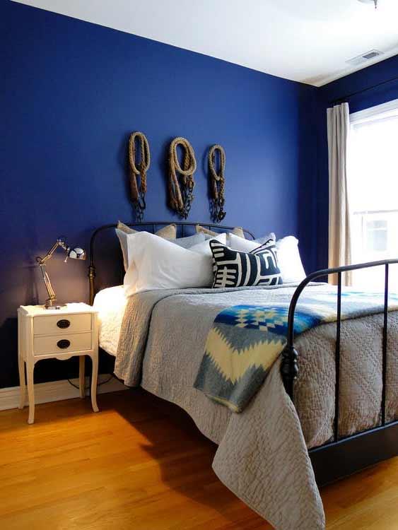 стена окрашенная в синий цвет
