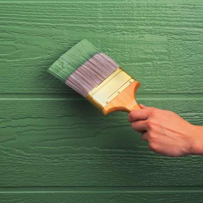 окрашивание стены резиновой краской