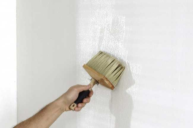 ненесение клея на стену