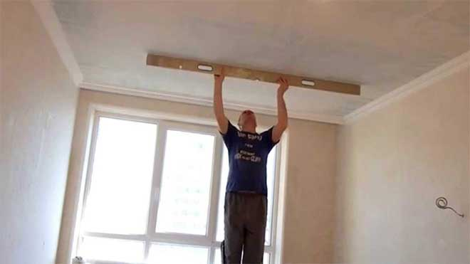 проверка ровности потолка