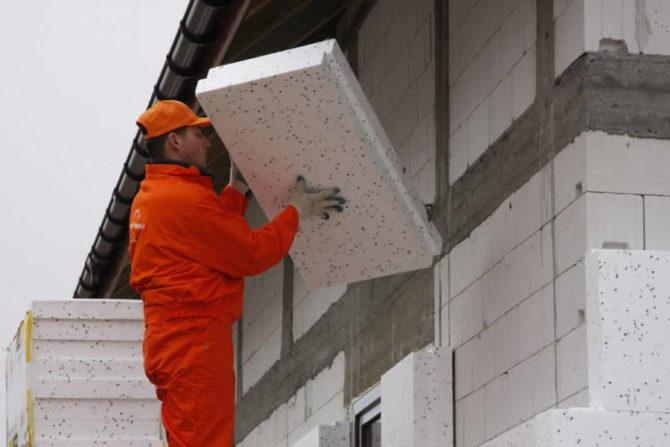 Монтаж плит пенопласта к стене