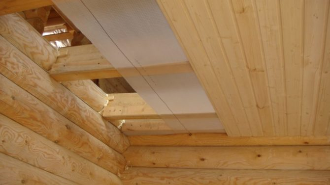Кладем пароизоляцию на потолок