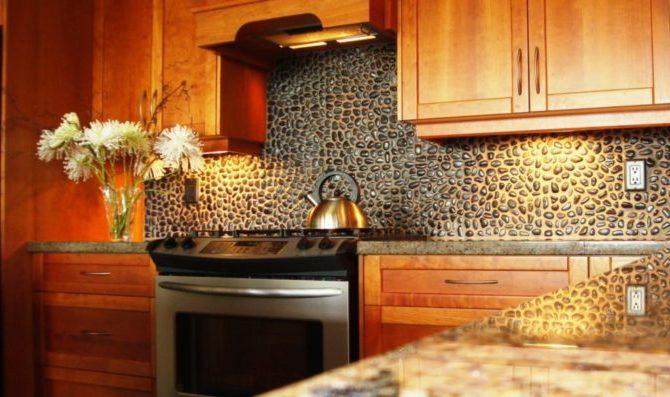 Стена кухни из камня