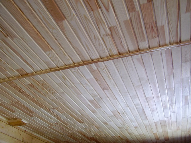 Отделка потолка дачи