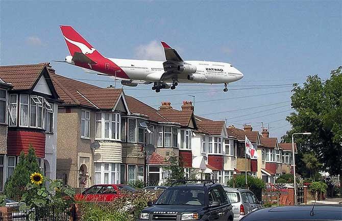 самолет над жилыми кварталами
